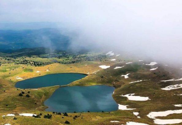 Maja e Valamarës, në Gramsh një parajsë turistike e gjendur në një lartësi të madhe me liqene akullnajore, është një ndër destinacionet më të bukura për turistët.     Bashkia Gramsh ka publikuar disa foto nga liqenet e Valamarës, si një pikë ndjellëse për të shijuar turizmin malor ndër më interesant dhe të panjohur të Shqipërisë.     Një nga arsyet për të vizituar malin Valamara janë tre liqenet akullnajore, që ndodhen rreth 2 200 metra mbi nivelin e detit, pranë fshatit Lenie.     Liqenet kanë madhësi mesatare prej 300 metra të gjatë dhe 200 metra të gjerë, me ujë të ftohtë të pastër si kristal.     Liqenet e Valamarës krijojnë një ekosistem interesant dhe kanë gjithashtu vlera gjeologjike, ekologjike dhe kulturore.     Zona është e përshtatshme për shëtitje, ngjitje në mal, eksplorim shpellash dhe aktivitete të tjera në natyrë.     Valamara është mal me lartësi 2373 m në kufirin midis rrethit të Korçës, atij të Gramshit dhe të Pogradecit. Në veri kufizohet me Gurin e Topit, kurse në jug me Lenien. Është i ndërtuar kryesisht nga shkëmbinj ultrabazikë.     Ka forma të shumta të relievit akullnajor dhe liqene akullnajore (mbi 1600 m). Në shpatin lindor buron lumi Shkumbin, kurse në atë perëndimor dhe juglindor, Devolli. Bimësia përbëhet nga pyje ahu e pishe në pjesën e ulët dhe nga kullota të pasura verore në pjesën e sipërme.